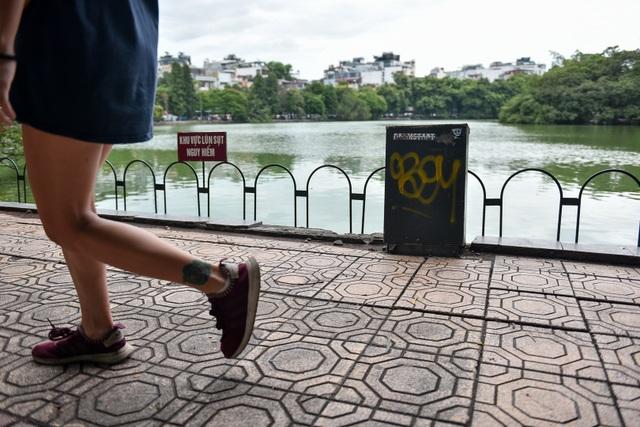 Bờ Hồ Gươm được dựng rào sắt, đặt biển cảnh báo sụt lún - 8