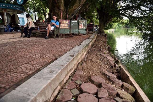 Bờ Hồ Gươm được dựng rào sắt, đặt biển cảnh báo sụt lún - 11