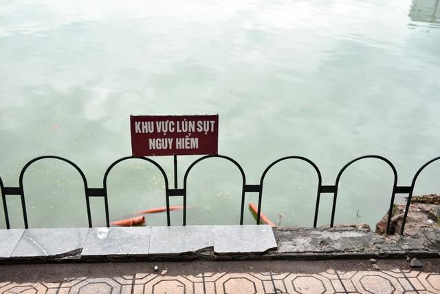 Bờ Hồ Gươm được dựng rào sắt, đặt biển cảnh báo sụt lún - 2
