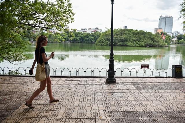 Bờ Hồ Gươm được dựng rào sắt, đặt biển cảnh báo sụt lún - 1