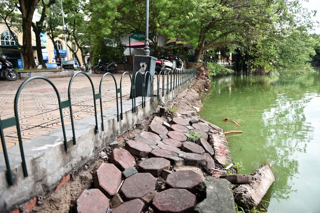 Bờ Hồ Gươm được dựng rào sắt, đặt biển cảnh báo sụt lún - 6