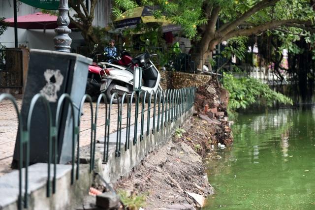Bờ Hồ Gươm được dựng rào sắt, đặt biển cảnh báo sụt lún - 4