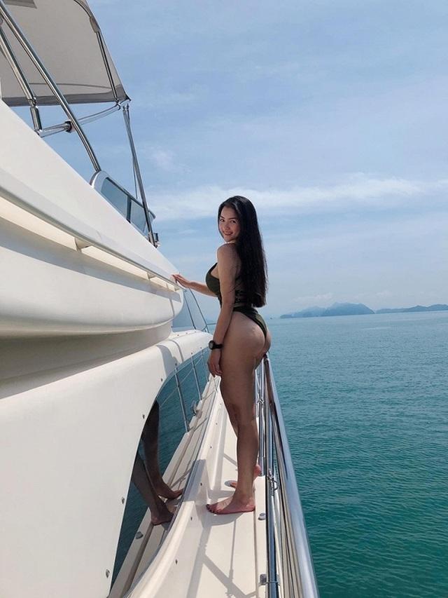 Thủy Top mặc bikini khoe vòng ba bỏng mắt trên du thuyền - 3