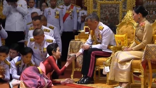 Nhà vua Thái Lan lần đầu phong Hoàng Quý Phi sau gần 1 thế kỷ - 1