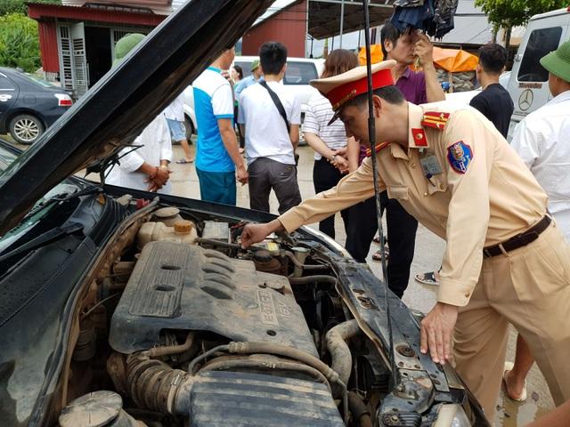 CSGT giúp dân tát nước cứu chiếc xe chết đuối giữa dòng lũ - 5