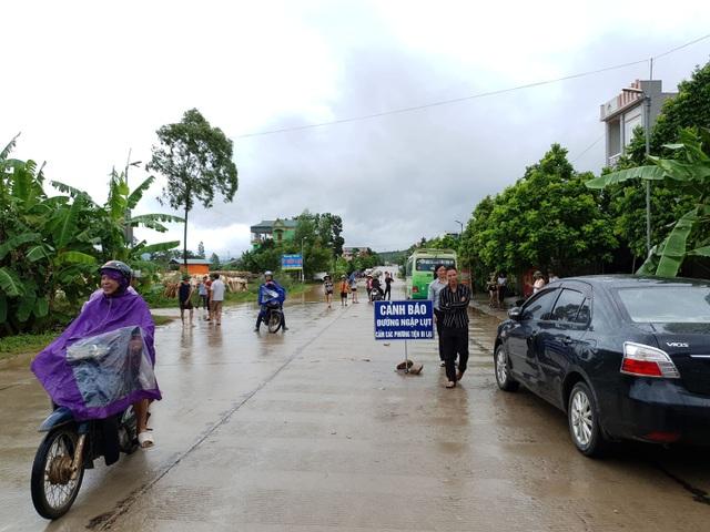 CSGT giúp dân tát nước cứu chiếc xe chết đuối giữa dòng lũ - 1