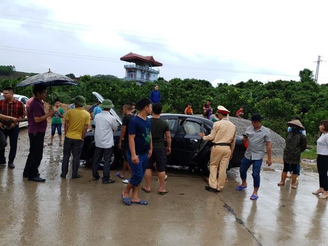 CSGT giúp dân tát nước cứu chiếc xe chết đuối giữa dòng lũ - 3