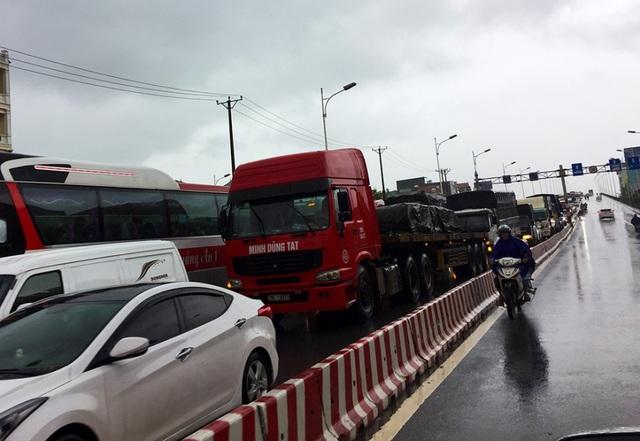 Hà Nội: Cầu huyết mạch tắc dài hàng km vì mưa bão - 2