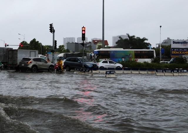 Hà Nội: Cầu huyết mạch tắc dài hàng km vì mưa bão - 4