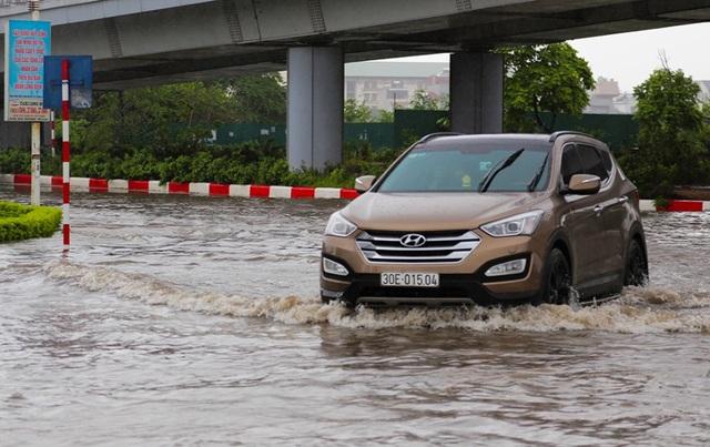 Hà Nội: Cầu huyết mạch tắc dài hàng km vì mưa bão - 5
