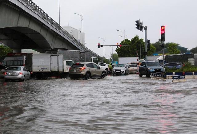 Hà Nội: Cầu huyết mạch tắc dài hàng km vì mưa bão - 6