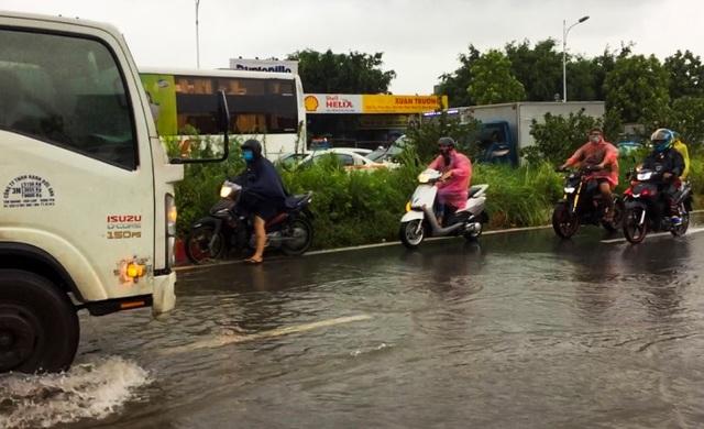Hà Nội: Cầu huyết mạch tắc dài hàng km vì mưa bão - 7