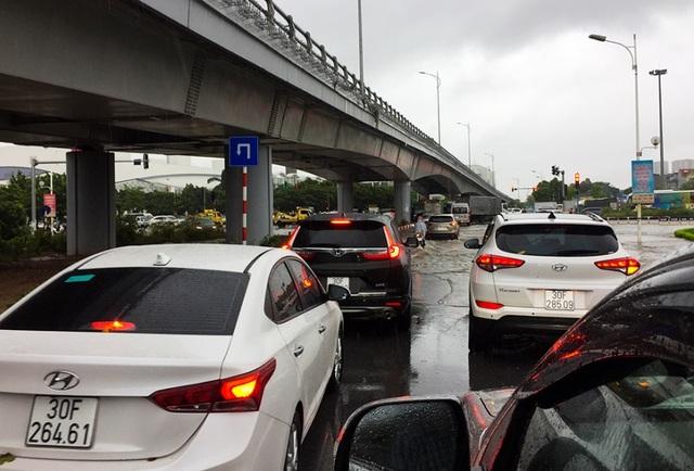 Hà Nội: Cầu huyết mạch tắc dài hàng km vì mưa bão - 8