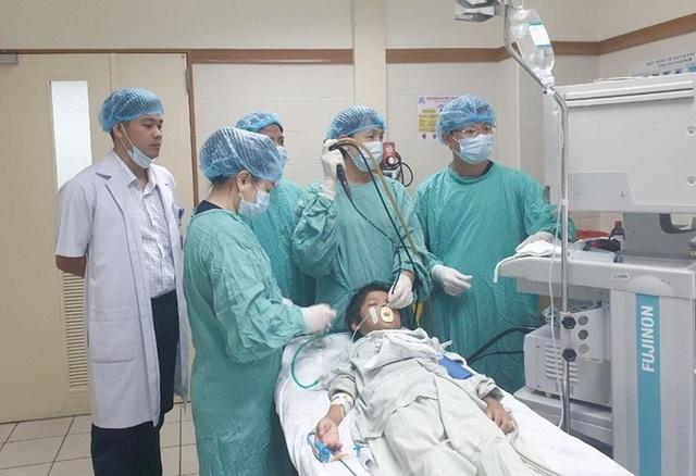 Cứu bệnh nhân nhi người Lào bị xương cá trê găm trong phổi hơn 1 tháng - 1