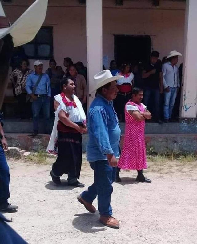 Thị trưởng Mexico bị ép mặc váy phụ nữ diễu phố vì thất hứa với dân - 1