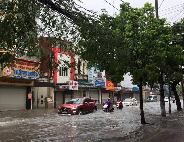 Quảng Ninh - Hải Phòng: Đường phố ngập sâu, cây xanh gãy đổ ngổn ngang sau bão số 3 - 4