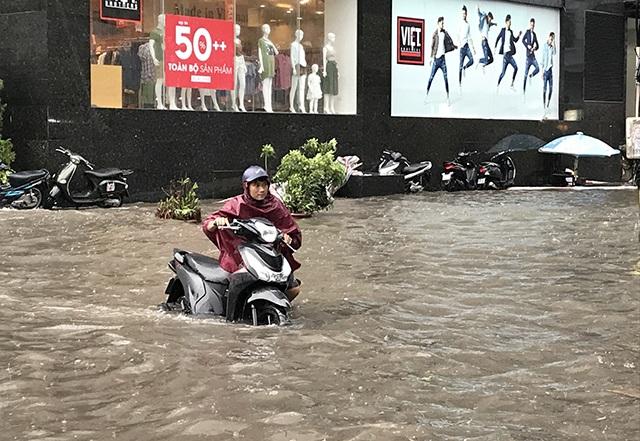 """Đường phố Hà Nội thành sông, người dân """"be bờ"""" ngăn nước vào nhà - 3"""