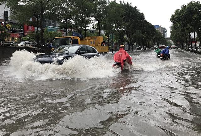 """Đường phố Hà Nội thành sông, người dân """"be bờ"""" ngăn nước vào nhà - 1"""
