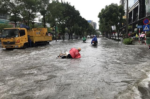 """Đường phố Hà Nội thành sông, người dân """"be bờ"""" ngăn nước vào nhà - 4"""