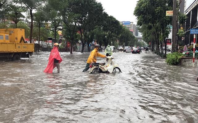 """Đường phố Hà Nội thành sông, người dân """"be bờ"""" ngăn nước vào nhà - 5"""