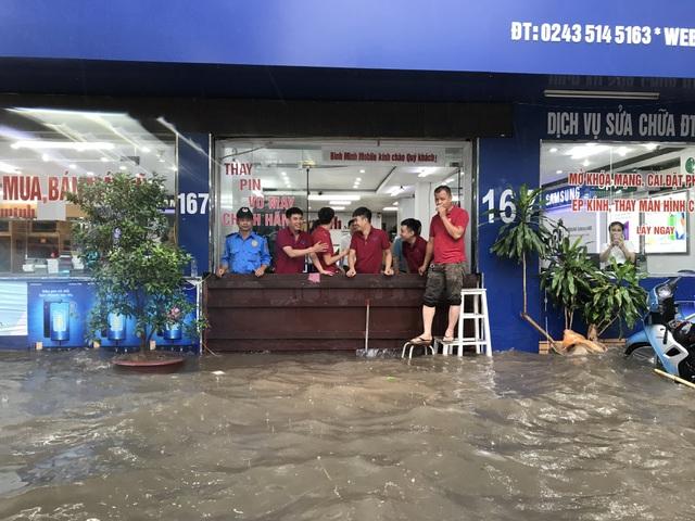 """Đường phố Hà Nội thành sông, người dân """"be bờ"""" ngăn nước vào nhà - 9"""