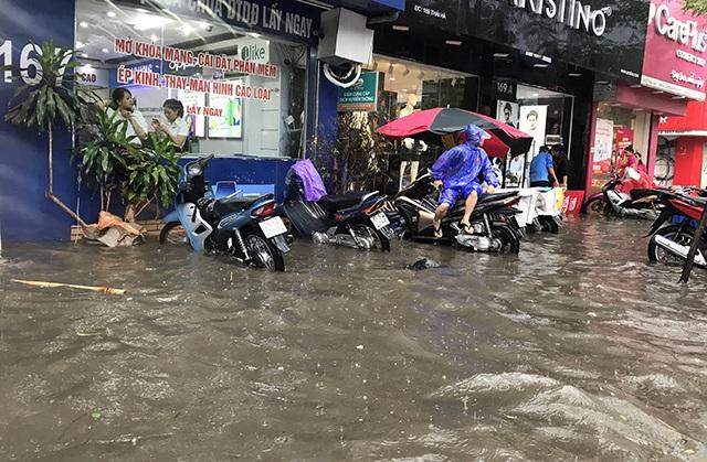 """Đường phố Hà Nội thành sông, người dân """"be bờ"""" ngăn nước vào nhà - 10"""