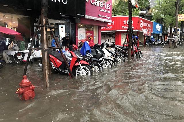 """Đường phố Hà Nội thành sông, người dân """"be bờ"""" ngăn nước vào nhà - 11"""