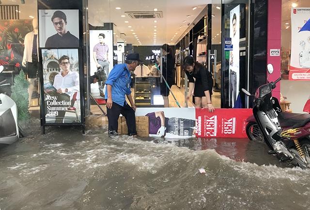 """Đường phố Hà Nội thành sông, người dân """"be bờ"""" ngăn nước vào nhà - 8"""