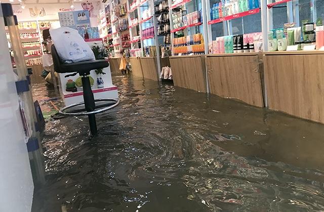 """Đường phố Hà Nội thành sông, người dân """"be bờ"""" ngăn nước vào nhà - 7"""