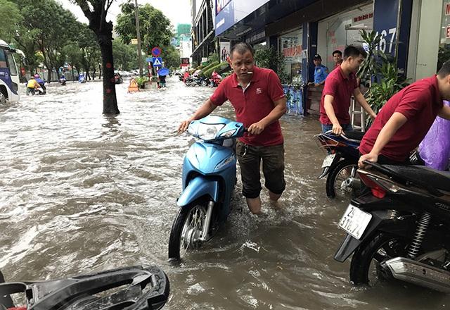 """Đường phố Hà Nội thành sông, người dân """"be bờ"""" ngăn nước vào nhà - 12"""