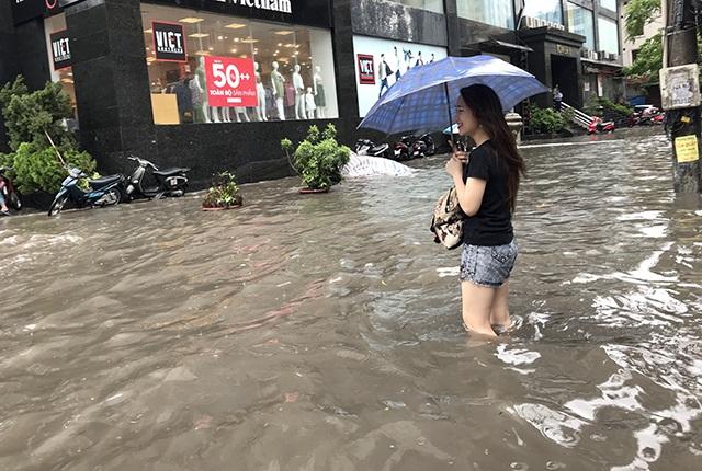 """Đường phố Hà Nội thành sông, người dân """"be bờ"""" ngăn nước vào nhà - 6"""