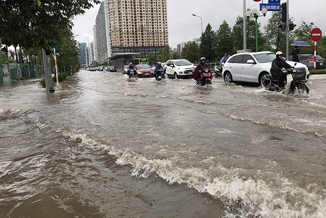 """Đường phố Hà Nội thành sông, người dân """"be bờ"""" ngăn nước vào nhà - 14"""