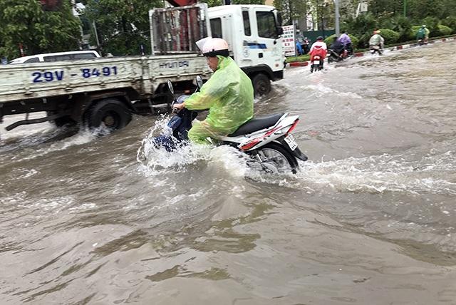 """Đường phố Hà Nội thành sông, người dân """"be bờ"""" ngăn nước vào nhà - 13"""