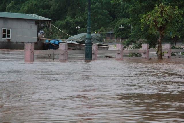 """Hình ảnh """"biển nước"""" ở nơi tâm bão đổ bộ - 4"""