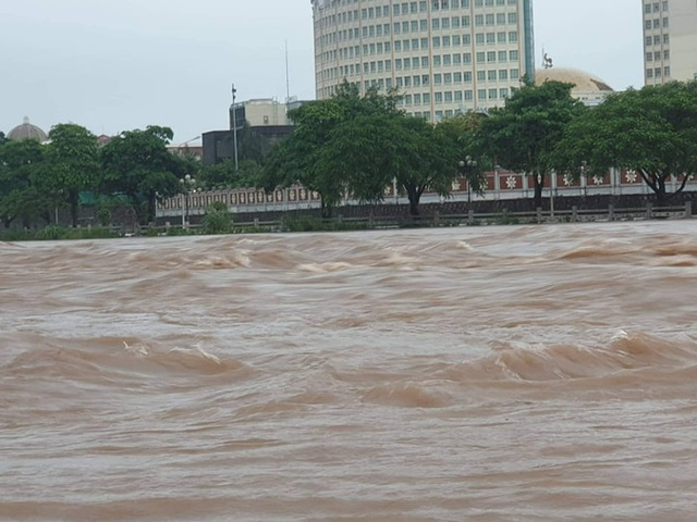 Quảng Ninh - Hải Phòng: Đường phố ngập sâu, cây xanh gãy đổ ngổn ngang sau bão số 3 - 9
