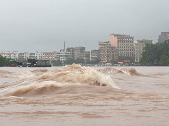 Quảng Ninh - Hải Phòng: Đường phố ngập sâu, cây xanh gãy đổ ngổn ngang sau bão số 3 - 10