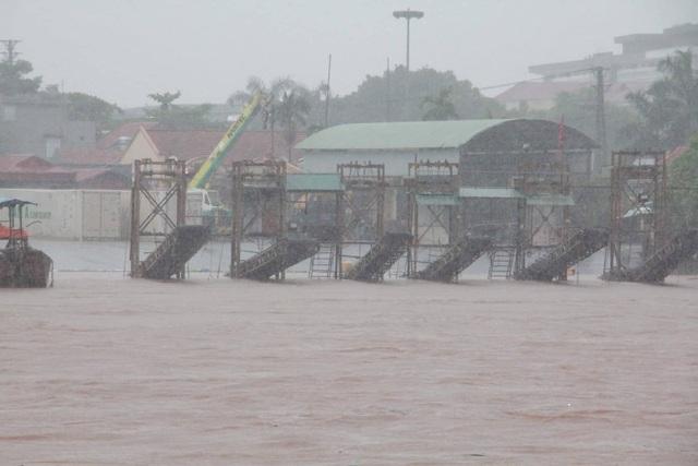 """Hình ảnh """"biển nước"""" ở nơi tâm bão đổ bộ - 5"""