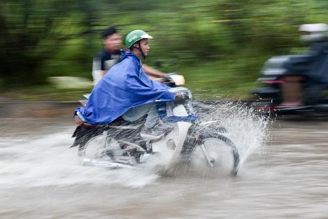 Hà Nội: Đại lộ Thăng Long ngập như sông - 3