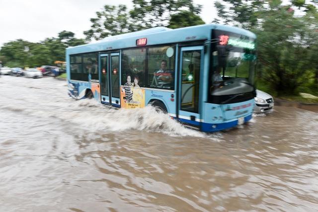 Hà Nội: Đại lộ Thăng Long ngập như sông - 6