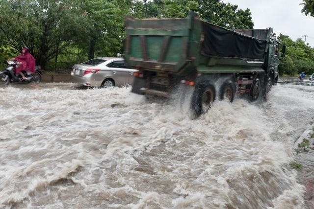 Hà Nội: Đại lộ Thăng Long ngập như sông - 7