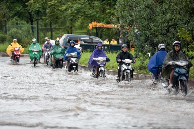 Hà Nội: Đại lộ Thăng Long ngập như sông - 2