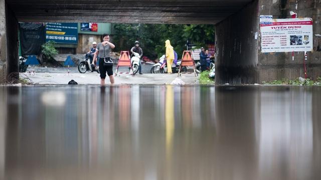 Hà Nội: Đại lộ Thăng Long ngập như sông - 9