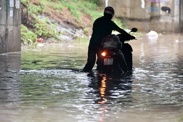 Hà Nội: Đại lộ Thăng Long ngập như sông - 4