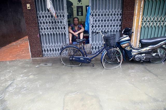 Người Hà Nội bì bõm trong ngõ ngập sâu vì mưa bão - 10