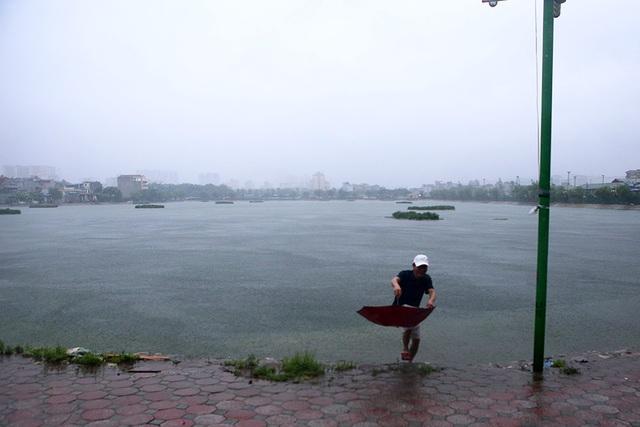 Người Hà Nội bì bõm trong ngõ ngập sâu vì mưa bão - 12