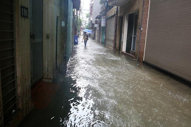Người Hà Nội bì bõm trong ngõ ngập sâu vì mưa bão - 14