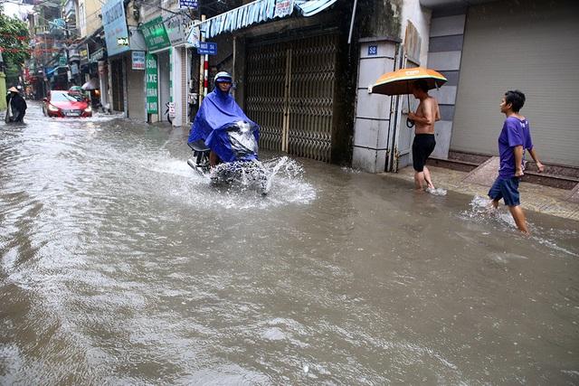 Người Hà Nội bì bõm trong ngõ ngập sâu vì mưa bão - 15