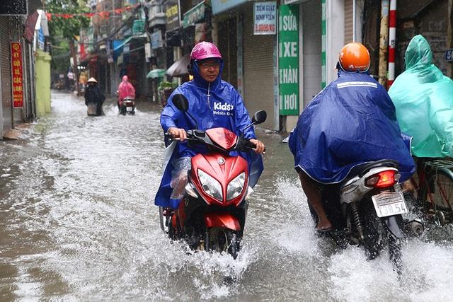 Người Hà Nội bì bõm trong ngõ ngập sâu vì mưa bão - 2