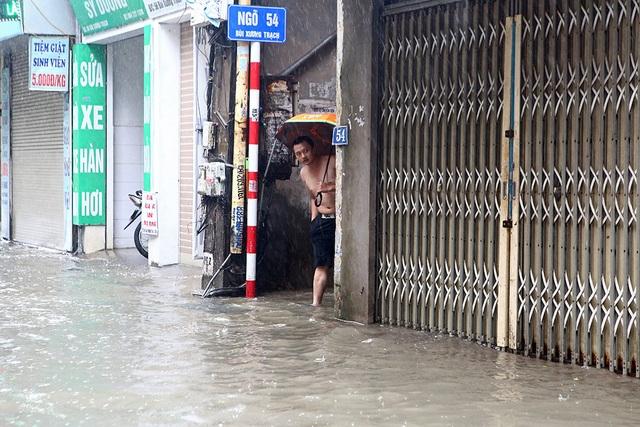 Người Hà Nội bì bõm trong ngõ ngập sâu vì mưa bão - 3