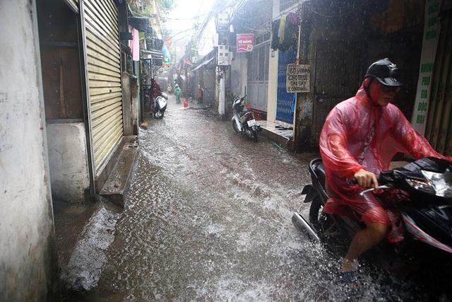 Người Hà Nội bì bõm trong ngõ ngập sâu vì mưa bão - 4